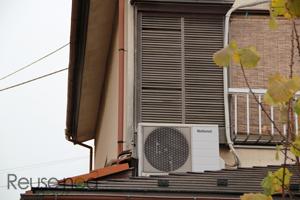 窓の近くの屋根置き室外機1